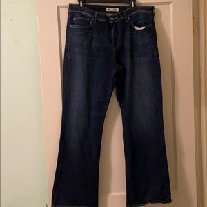 Like new Levi's perfectly shaping 512 bootcut jean